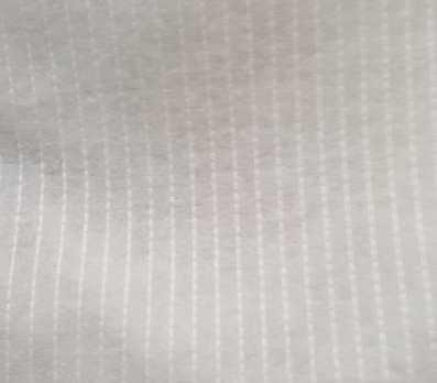 Dunne plakbare volumevlies met verstevigingsdraden
